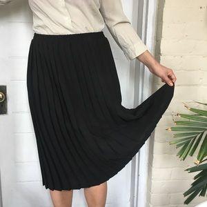 Dresses & Skirts - Black vintage pleated skirt